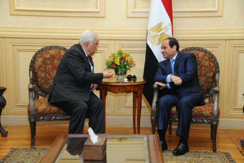 """عباس أبلغ مصر بإيجاد حل للمشكلة المالية لموظفي """"حماس"""""""