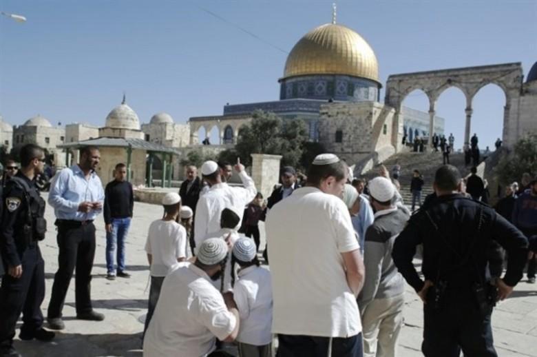 قرابة 50 مستوطناً يقتحمون باحات المسجد الأقصى