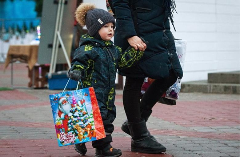 متى تُقدم الهدايا للطفل.. وما ضرر كثرتها عليه نفسيا وتربويا؟