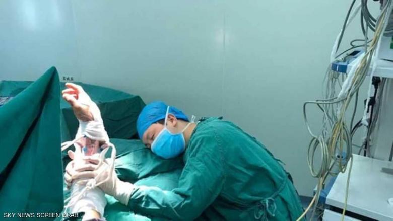 صورة مؤثرة جدا لطبيب نام في غرفة العمليات