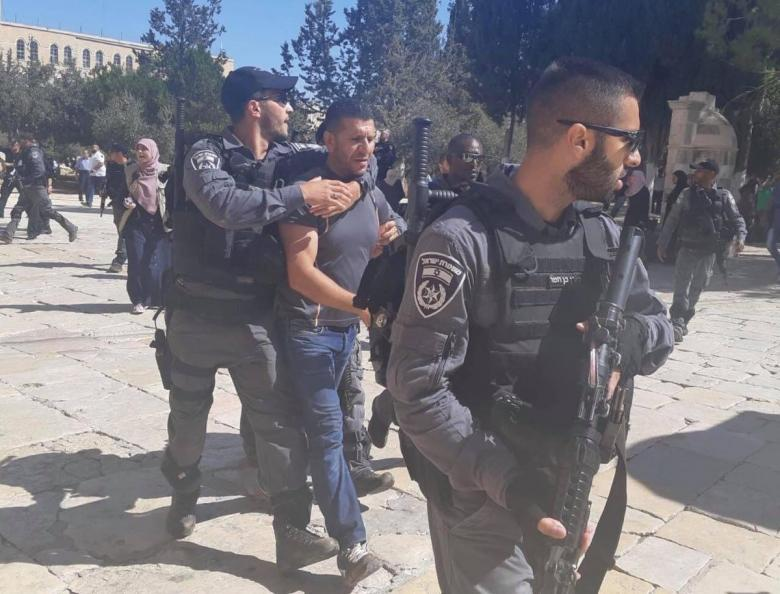 الاحتلال يعتقل ثلاثة مُصلين من المسجد الأقصى