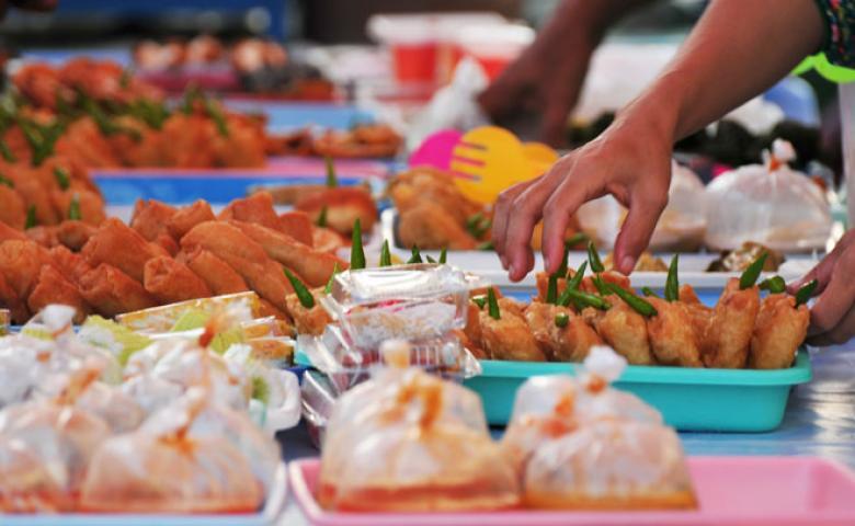 10 آداب واجبة مع تناول الطعام في رمضان