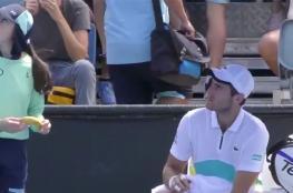 """طلب """"غريب"""" من لاعب تنس لفتاة جمع الكرات!"""