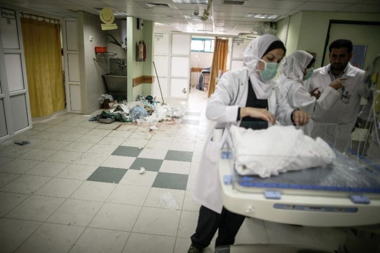 حملة تطوعية لتنظيف مستشفى الأقصى من النفايات