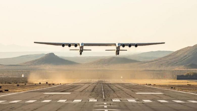أكبر طائرة في العالم تتم أول رحلة لها فوق كاليفورنيا
