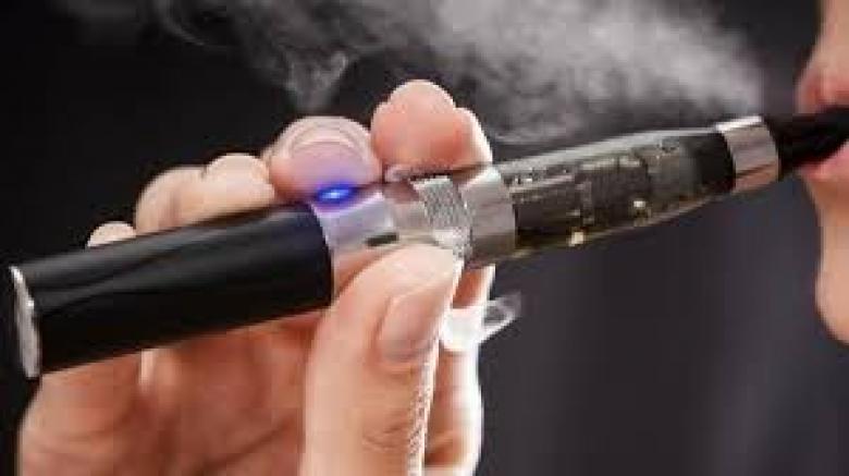 هيئة حكومية في بريطانيا تدعو لاعتماد السجائر الإلكترونية كعلاج