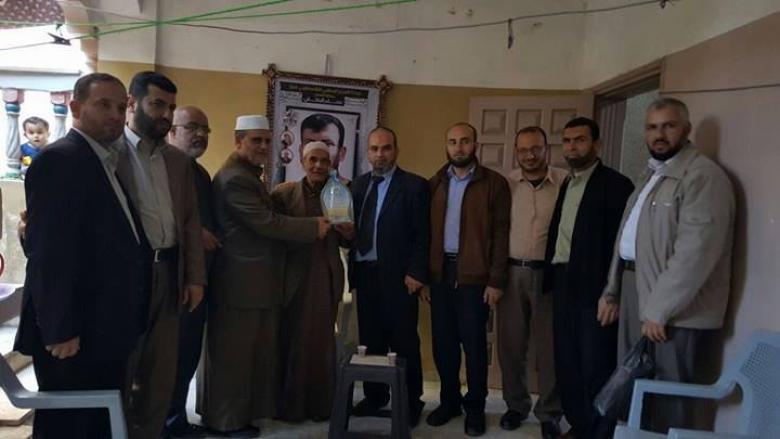 وفد من قيادة حماس في التفاح يزور ذوي الأسرى