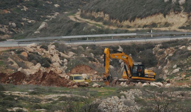 تجريف مساحات من أراضي عصيرة القبلية لصالح معسكر للاحتلال