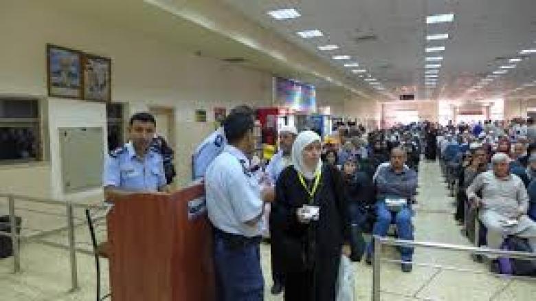 الاحتلال يمنع سفر 24 فلسطينيًا من معبر الكرامة