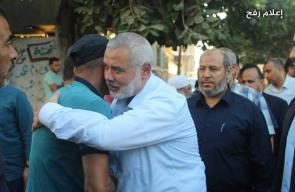 وفد رفيع من قيادة حماس يؤدون واجب العزاء لذوي الشهيد تامر أبو عرمانة برفح