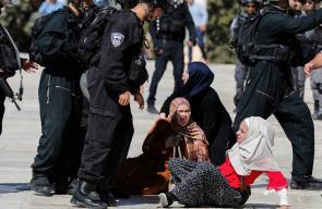 اعتداء قوات الاحتلال على المصلين بعد اقتحامها المسجد الأقصى