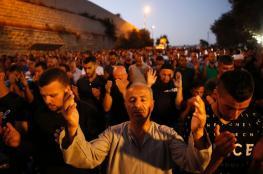 العشرات يؤدون صلاتي المغرب والعشاء أمام باب الرحمة