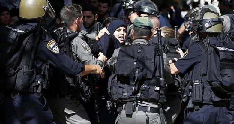الاحتلال يعتقل مقدسية ويستدعي آخرين