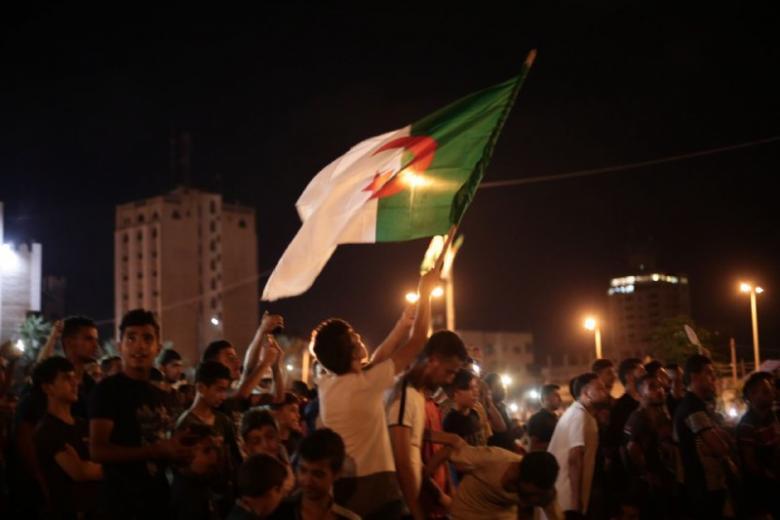 عشق لا محدود.. الجماهير الغزية تنتفض فرحة بإنجاز الجزائر