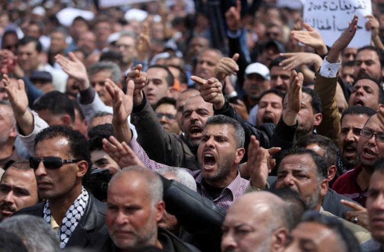 مصدر يكشف: استمرار الخصومات على رواتب موظفي السلطة بغزة