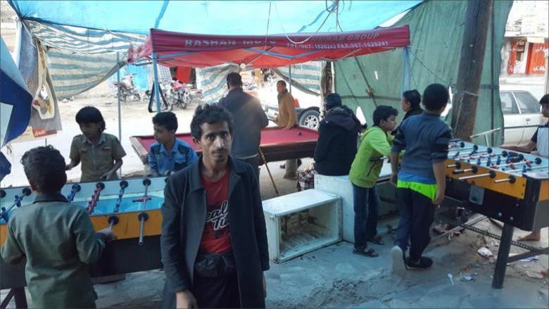 شاب يمني سكن شجرة فانهالت عليه التبرعات