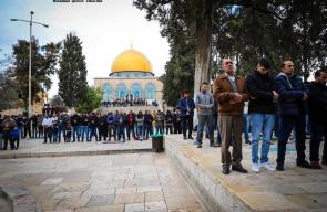 الآلاف يؤدون صلاة الجمعة في باحات المسجد الأقصى المبارك