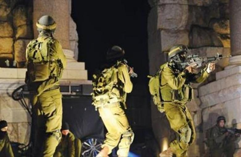 الاحتلال يعتقل مواطنا ويزعم العثور على أسلحة