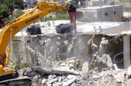 عائلة مقدسية تستكمل هدم بنايتها بقرار من الاحتلال