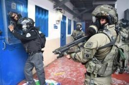 """قوات القمع تقتحم قسم (20) بـ """"عوفر"""""""