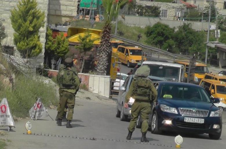 """الاحتلال يحتجز عشرات المركبات على حاجز """"الحمرا"""""""