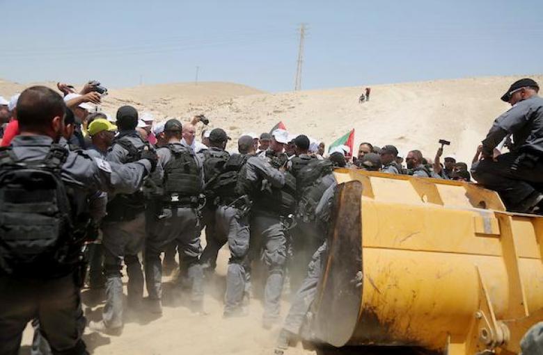 """الاحتلال يواصل حصار """"الخان الأحمر"""" ويهدد سكانه"""