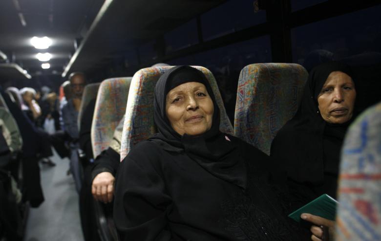 دفعة جديدة من أهالي أسرى غزة تتوجه للزيارة