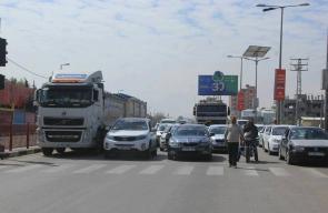 إيقاف حركة السير بدير البلح وإضراب بالمحلات التجارية