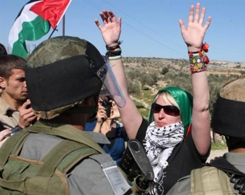 الاحتلال يعتقل ثلاثة نشطاء أجانب في الخليل