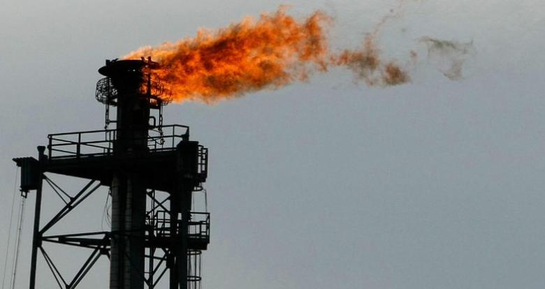 النفط يهبط 2 بالمئة مع صعود الدولار