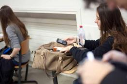 """فرنسا تحظر """"الهواتف الذكية"""" في المدارس"""