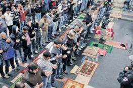 """مقدسيون يؤدون صلاة الجمعة على """"الإسفلت"""" احتجاجا على هدم المنازل"""