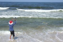 """الصّيد بـ """"الصنارة"""" ..   حكاية صبر تواجه حصار الاحتلال لبحر غزة"""