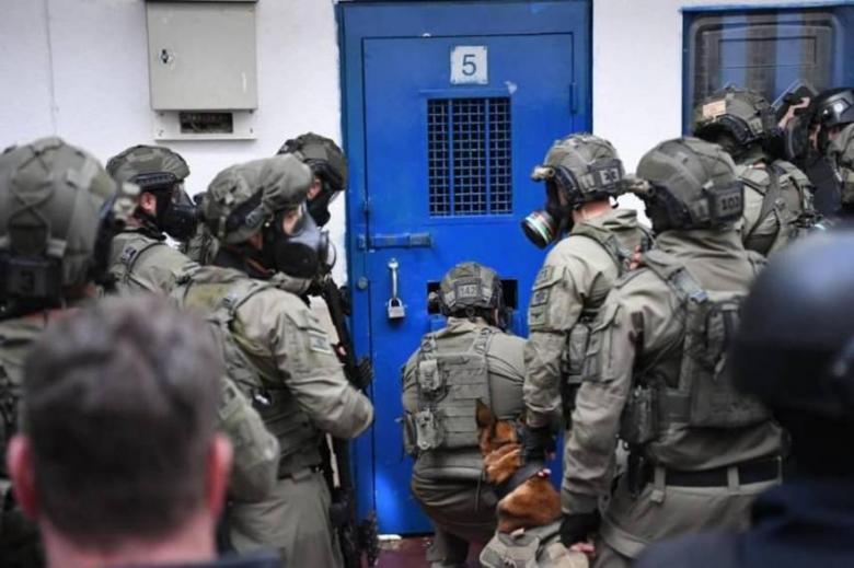 الاحتلال يمنع زيارة محامي الأسرى المضربين عن الطعام ويُنكل بهم