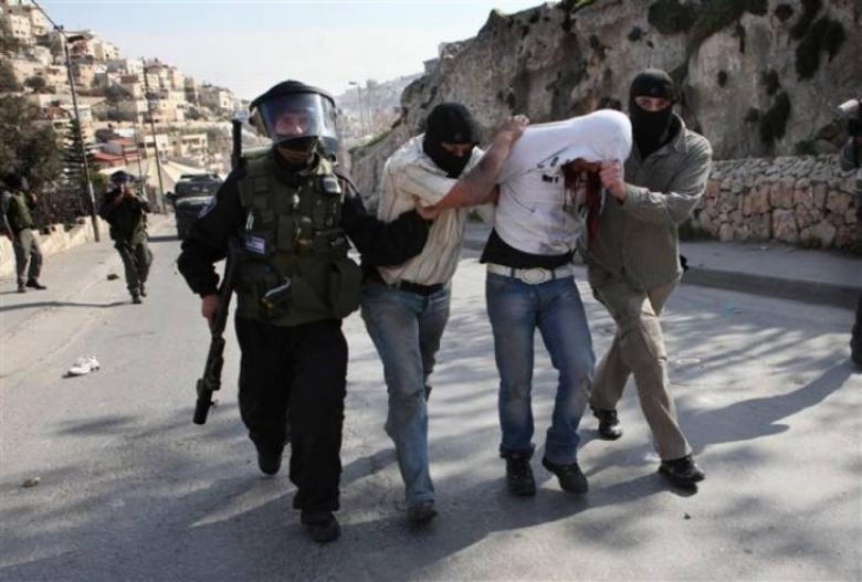 مستعربون يعتقلون شابا مقدسيا بزعم محاولته حرق كاميرات الاحتلال
