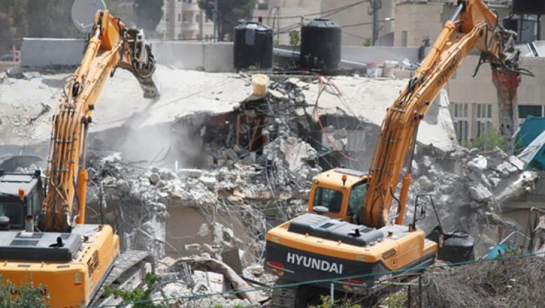 الاحتلال يخطر بهدم أربعة منازل ومنشأة صناعية في الخليل