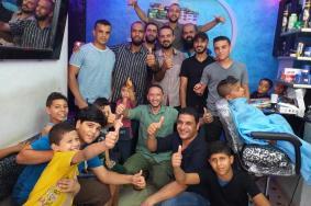 """""""التجمع الشبابي"""" .. شباب فلسطينيون يوفرون حلاقة مجانية لأطفال البريج"""