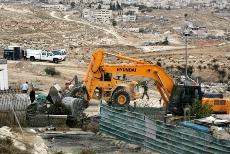 الاحتلال يجبر فلسطيني على هدم منزله بالنقب