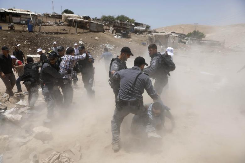 """تواصل الاعتصام في """"الخان الأحمر"""" رغم اعتداءات الاحتلال"""