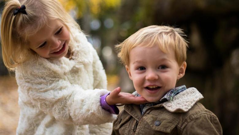 طفلك ثرثار.. هل السبب شعوره بالسعادة أم بالخوف؟