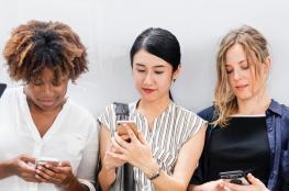 من المسؤول عن التفاهة في مواقع التواصل الاجتماعي؟