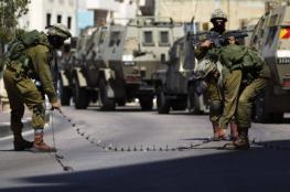 الاحتلال يغلق مكتبتين وينصب حواجز في الخليل