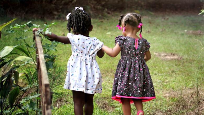 كيف تحافظين على الصداقة عندما يأخذ طفل صديقتك كل وقتها؟