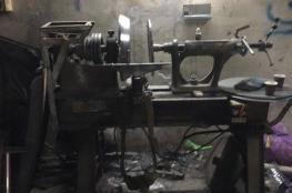 قوات الاحتلال تصادر معدات ورشتيين بالخليل