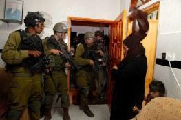 جيش الاحتلال ينهب مبالغ مالية لعائلات في الخليل