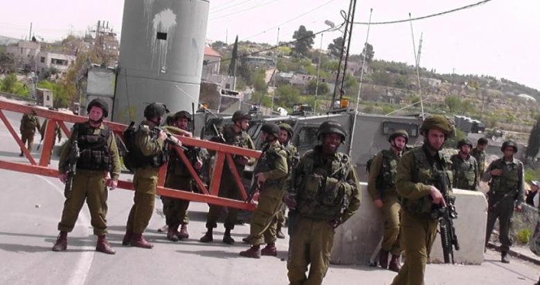 الاحتلال ينصب حواجز ويفتش الطلاب بالبيرة
