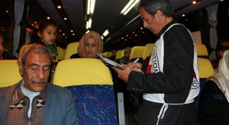 """7 من أهالي أسرى غزة يزورون أبناءهم المعتقلين بـ""""نفحة"""""""