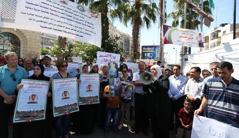 وقفة في دورا للمطالبة باسترداد جثامين الشهداء