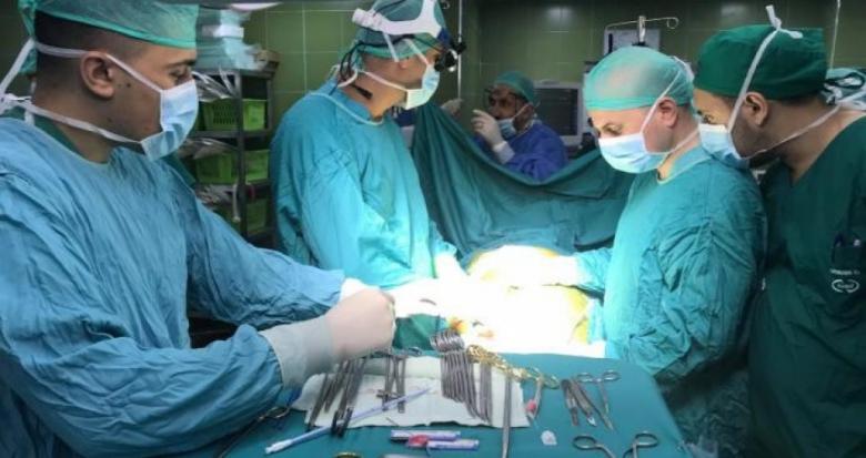 جراح فلسطيني يجري عملية قلب مفتوح بواسطة المنظار