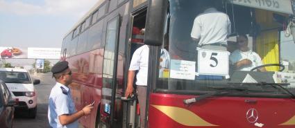 """اعتقال مسافر يحمل """"حزام معسل وسجائر"""" على معبر الكرامة"""